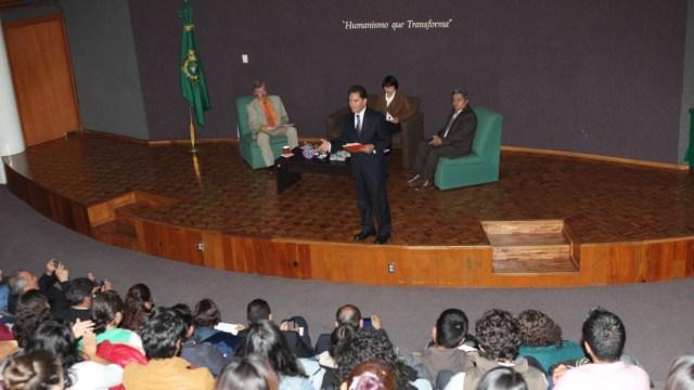 "Andrés Aguilar presentó ""La teoría del zape"" en la UAEM"