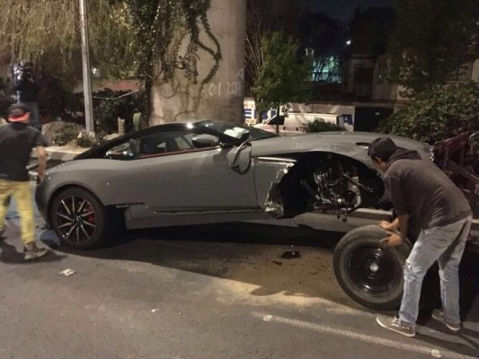 Choca su Aston Martin valuado en 4.2 MDP se dice que es del alcalde de Pilcaya