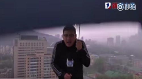 Periodista es impactado por un rayo