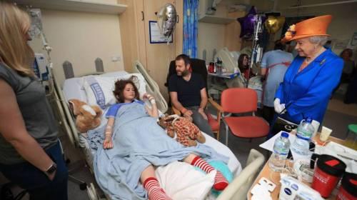 Reina Isabel II visita a heridos del atentado de Manchester