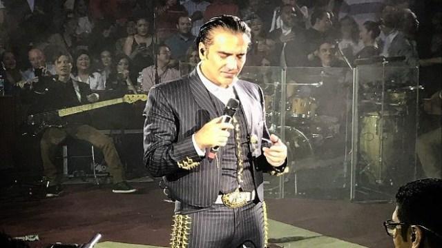 A punto de vomitar Alejandro Fernández en pleno espectáculo