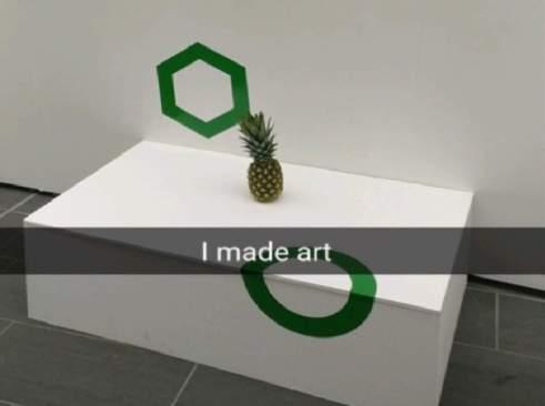 Tras olvidar piña en exposición, la confunden con arte