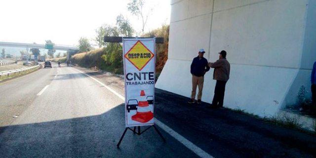Maestros de la CNTE toman casetas en autopistas de Michoacán