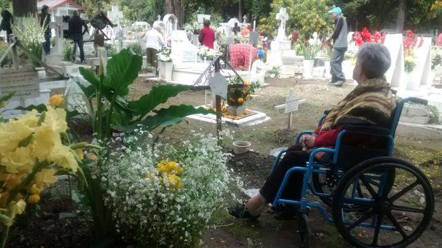 Recuerdan a las mamás difuntas en panteones de Toluca