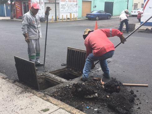 Retiran residuos de la repavimentación de Avenida Lerdo