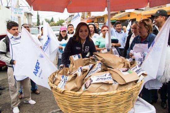 Josefina repartió el pan por las calles del Edomex