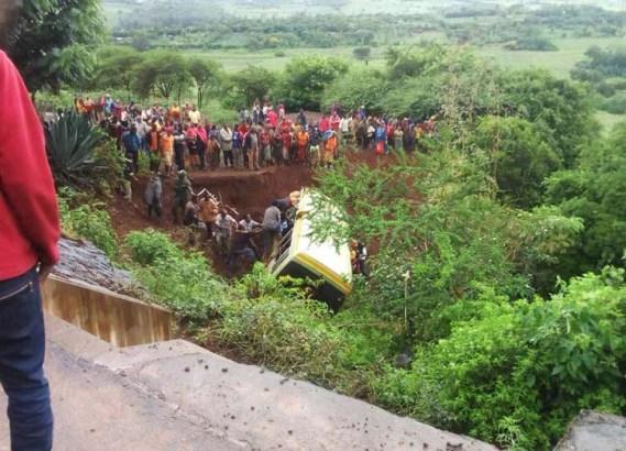 Mueren 35 personas tras choque de camión escolar en Tanzania