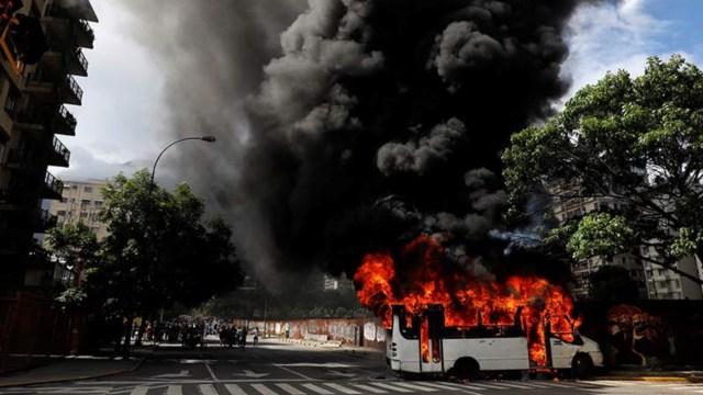 Incendian 51 autobuses durante protestas en Venezuela