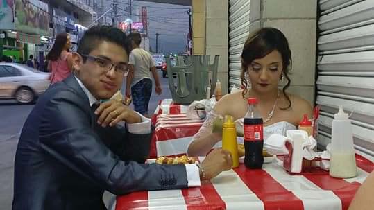 Recién casados celebran en puesto de Hot Dogs