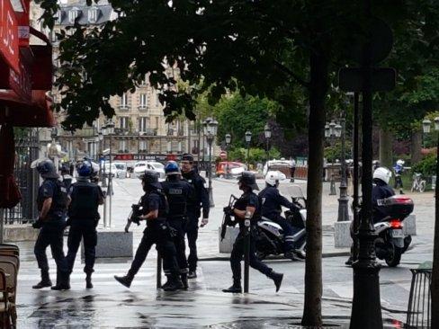 La Policía abre fuego contra un hombre que intentó atacar a un agente