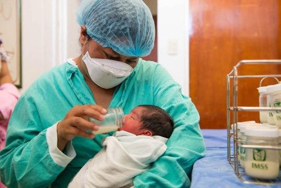 Lactancia materna, principal protección contra las alergias: IMSS