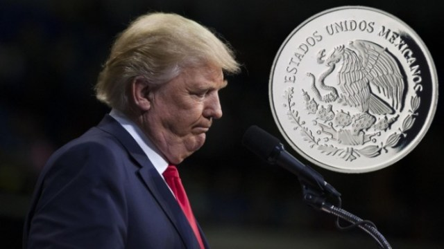 El dólar, que se desploma; peso alarga récord