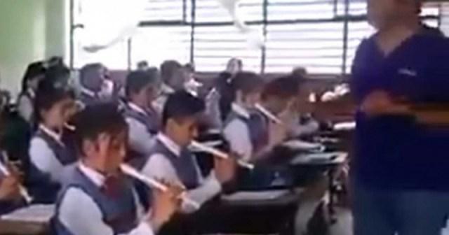Enseñan a alumnos a tocar 'Despacito'