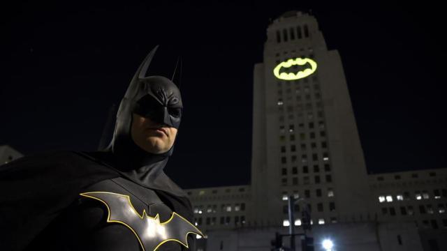 Aparece  la 'batiseñal' en Los Ángeles en recurso de Adam West