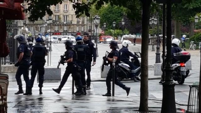 Policía dispara contra hombre que intentó atacar a un agente en París