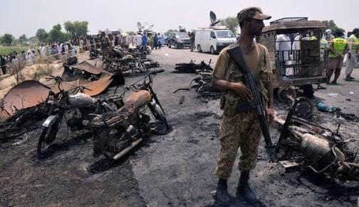 Explosión de camión cisterna en Pakistán deja más de 100 muertos