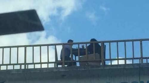 Buscan a pareja que comió en un puente para regalarles una cena