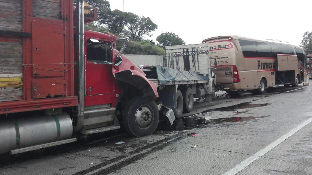 Carambola de camiones provoca cierre parcial en la México-Querétaro
