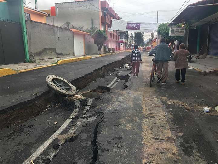 Se parte por la mitad calle de Tláhuac, tras sismo