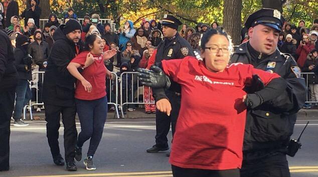 Jóvenes mexicanos interrumpen desfile de Acción de Gracias en NY