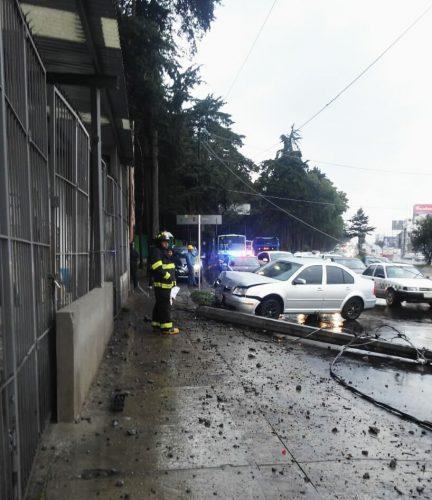 Atienden personal municipal y Bomberos caída de árbol y postes de energía eléctrica
