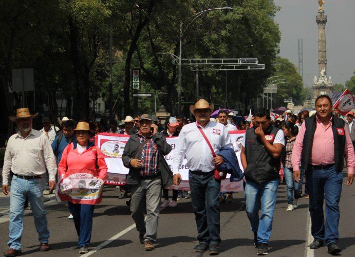 Mantienen organizaciones campesinas plantón en SEGOB,  anuncian bloqueo de carreteras