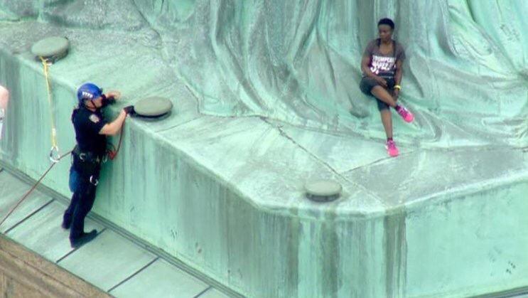 #Video En protesta mujer escala estatua de la libertad