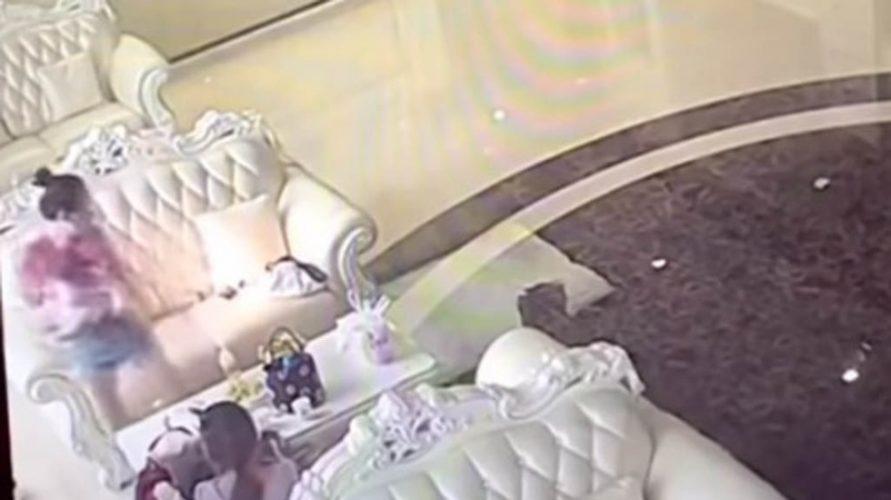 Estalla celular a lado de un bebé en China