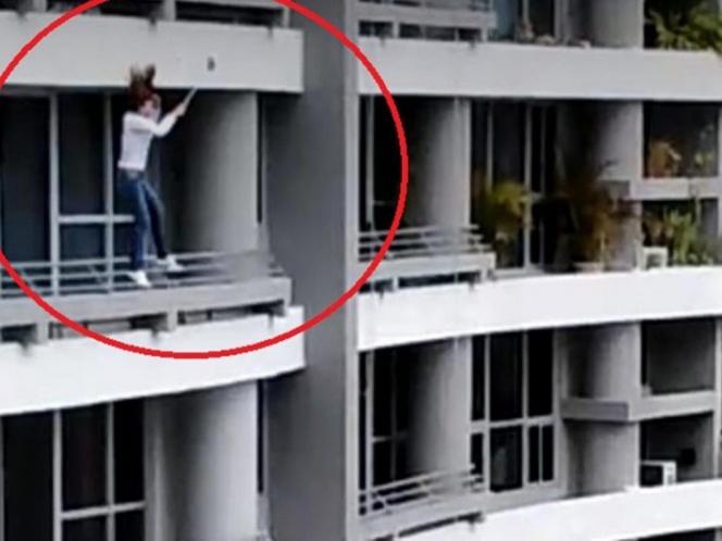 Por tomarse selfie mujer cae de piso 27