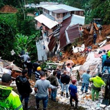 Familias quedan sepultadas tras derrumbe de tierra
