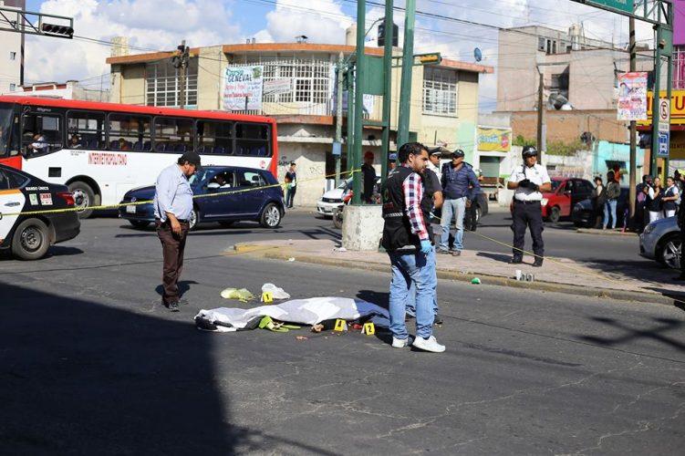Camión de pasajeros mata a mujer de la tercera edad en Toluca