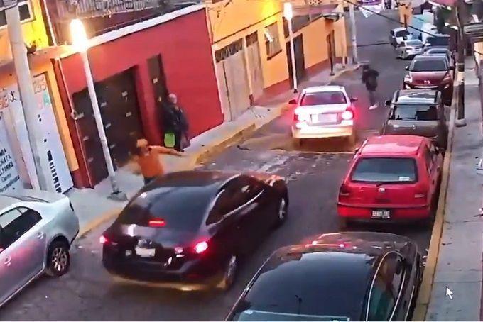Usan coche para bloquear calle y asaltar automovilistas en Santa Fe (VIDEO)