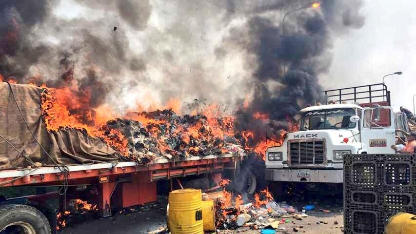 Fuerzas de Maduro queman tres camiones de ayuda humanitaria en frontera colombiana