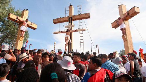 Representaba a Jesús, cae de la cruz y se fractura el cráneo en Nuevo León. Noticias en tiempo real