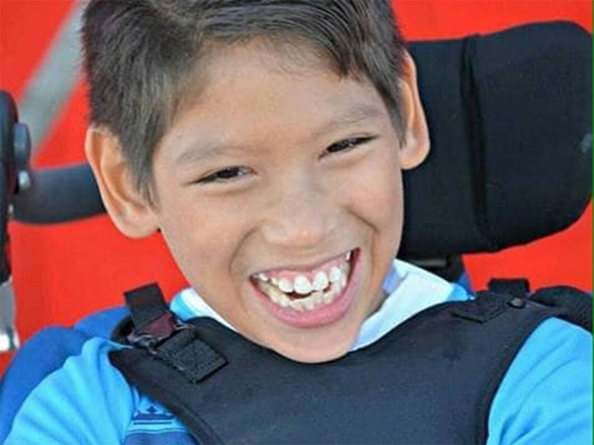 Niño en silla de ruedas es empujado por su papá para que pueda jugar futbol