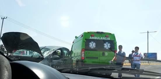 Choca vehículo sobre paseo Tollocan, deja 3 lesionados
