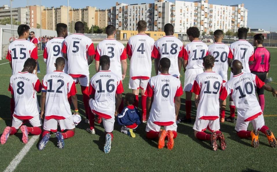 Cambia equipo de fútbol de inmigrantes nombres de sus playeras por insultos