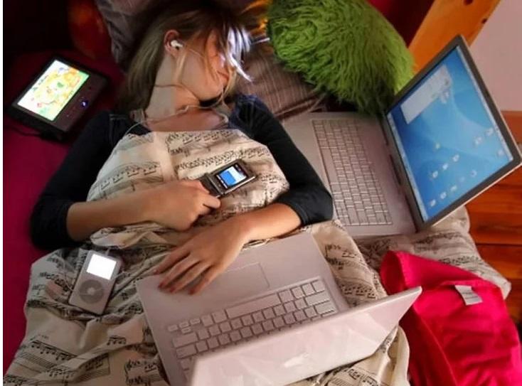 ¿Duermes con la tele y luz prendida? Podrías estar engordando