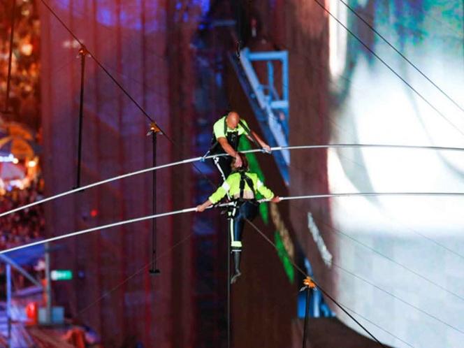 Trapecistas sorprenden con peligroso acto a espectadores en Times Square