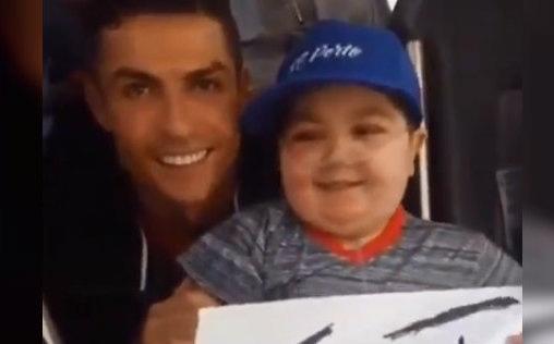 Cristiano Ronaldo detiene autobús de Portugal para abrazar a niño con leucemia