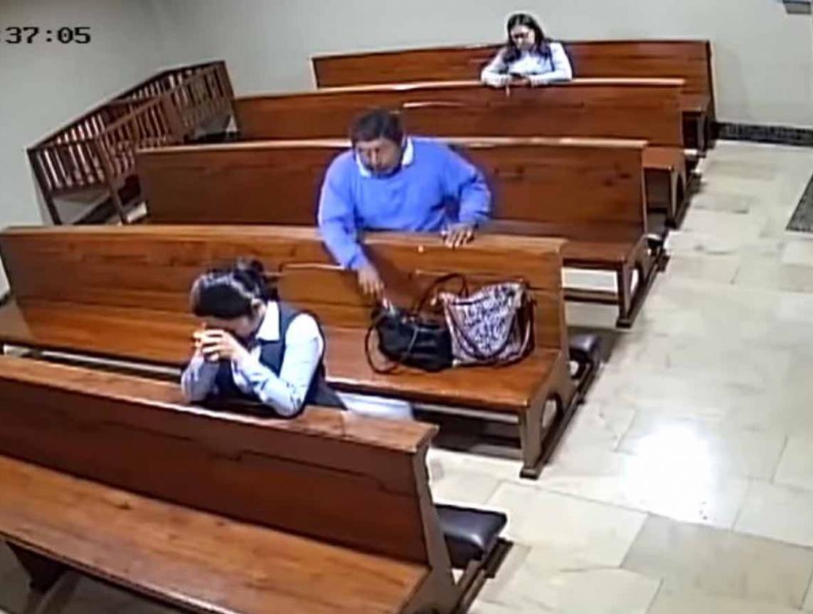 VIDEO: Roba hombre celular en iglesia y descaradamente se persigna al salir