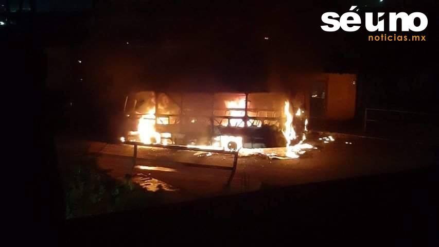 Ahora se incendia un autobús de pasajeros en Toluca