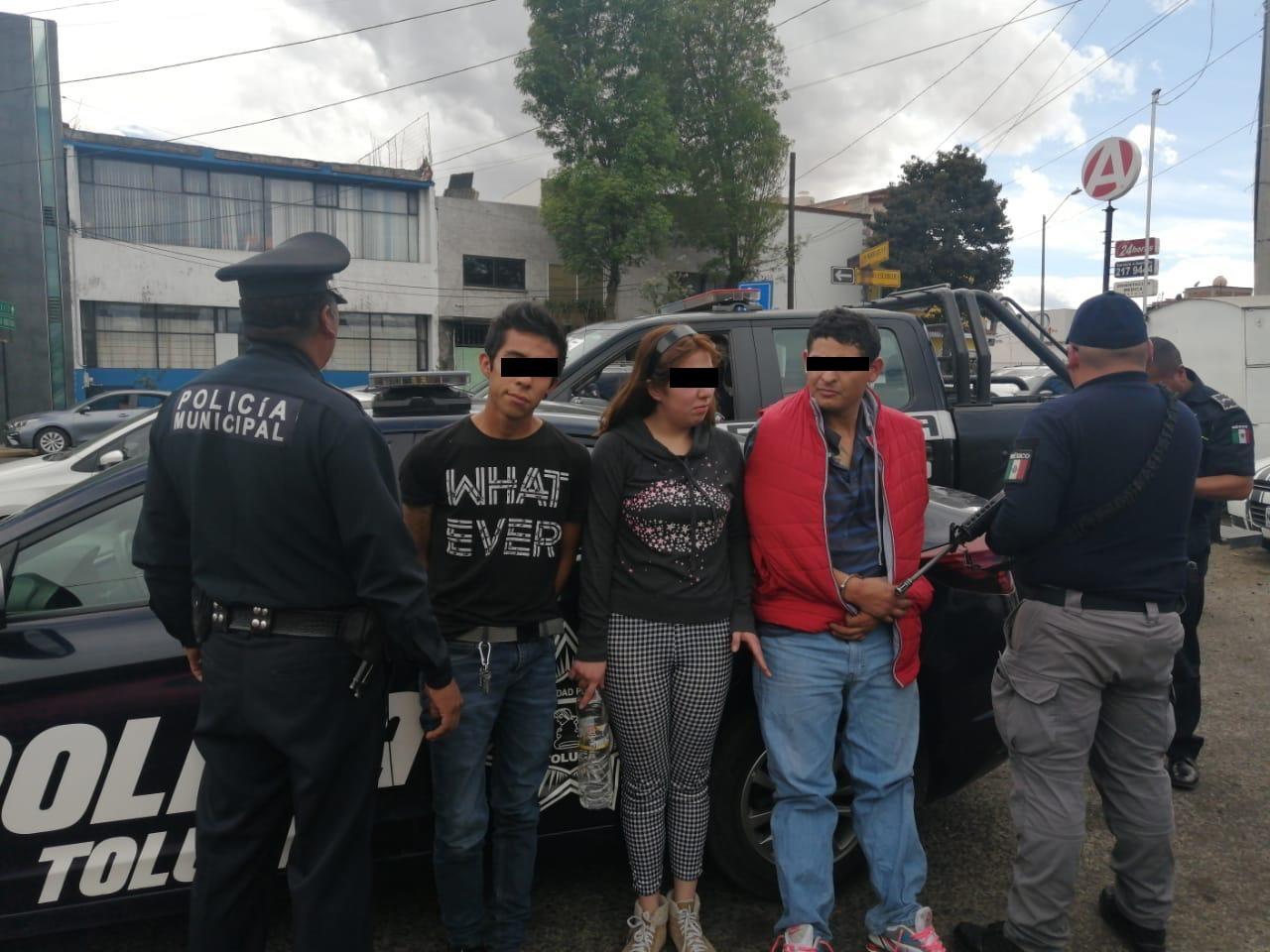 Detienen a 2 hombres y 1 mujer con sustancias ilícitas en Toluca