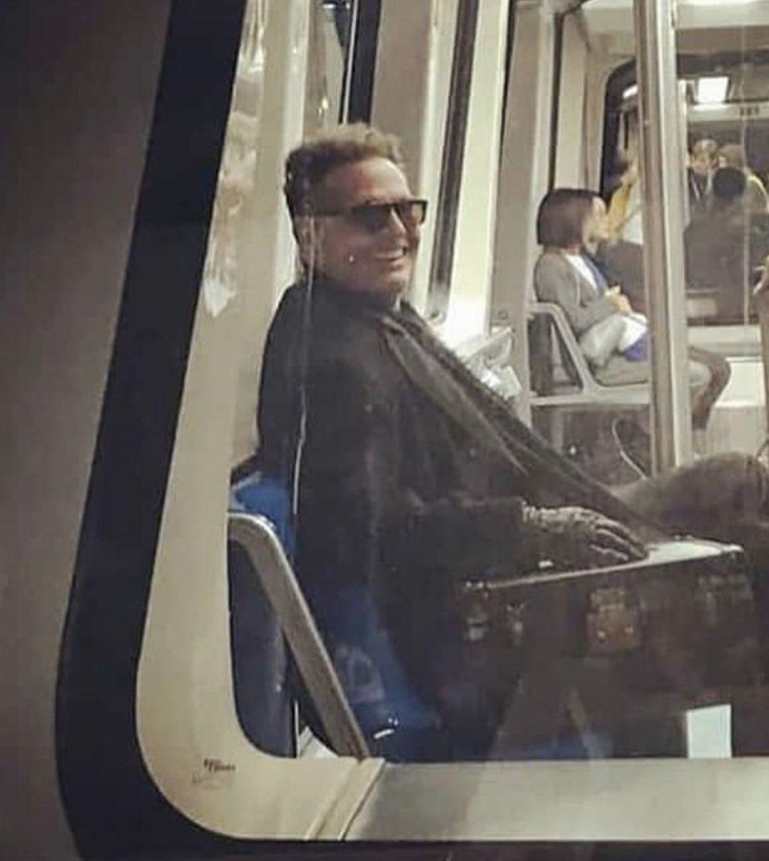 Captan a Luis Miguel viajando en metro (Fotos)