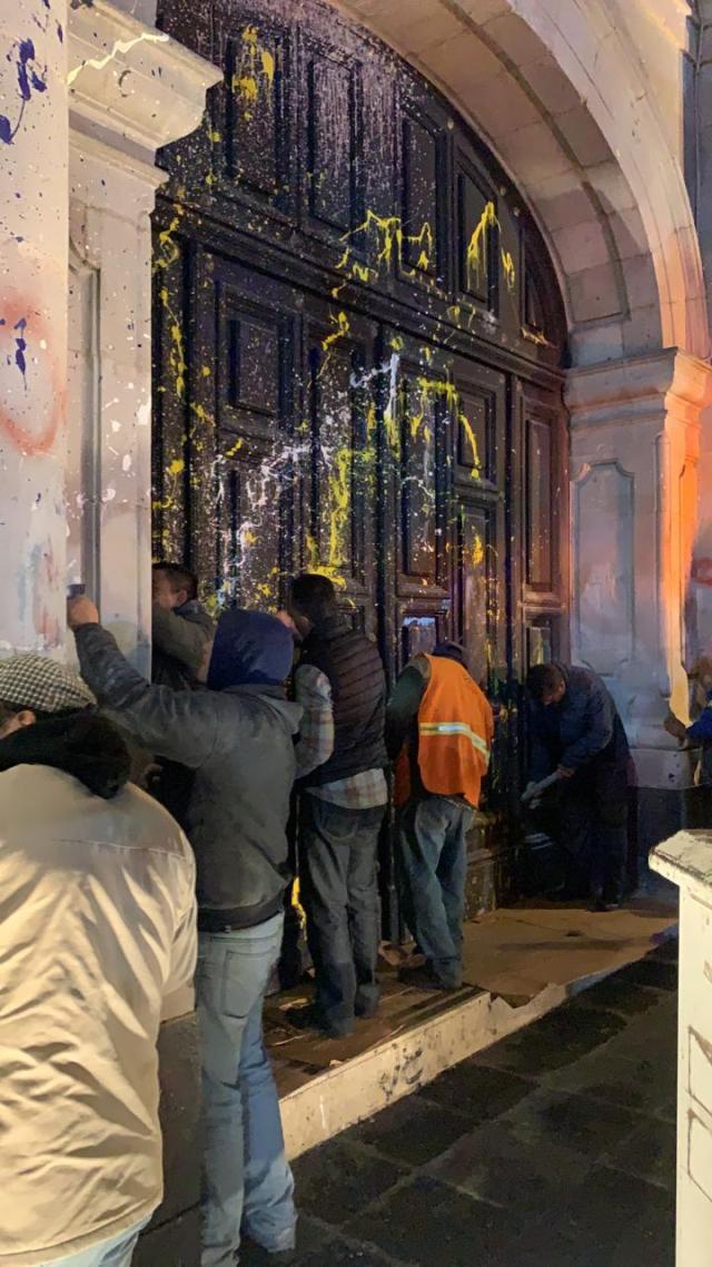 Personal de Servicios Públicos de Toluca limpian fachada de la Cámara de Diputados