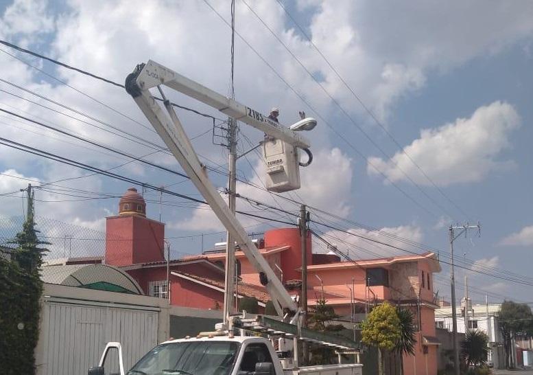 Continúan los trabajos de mantenimiento de la red de alumbrado público en Toluca