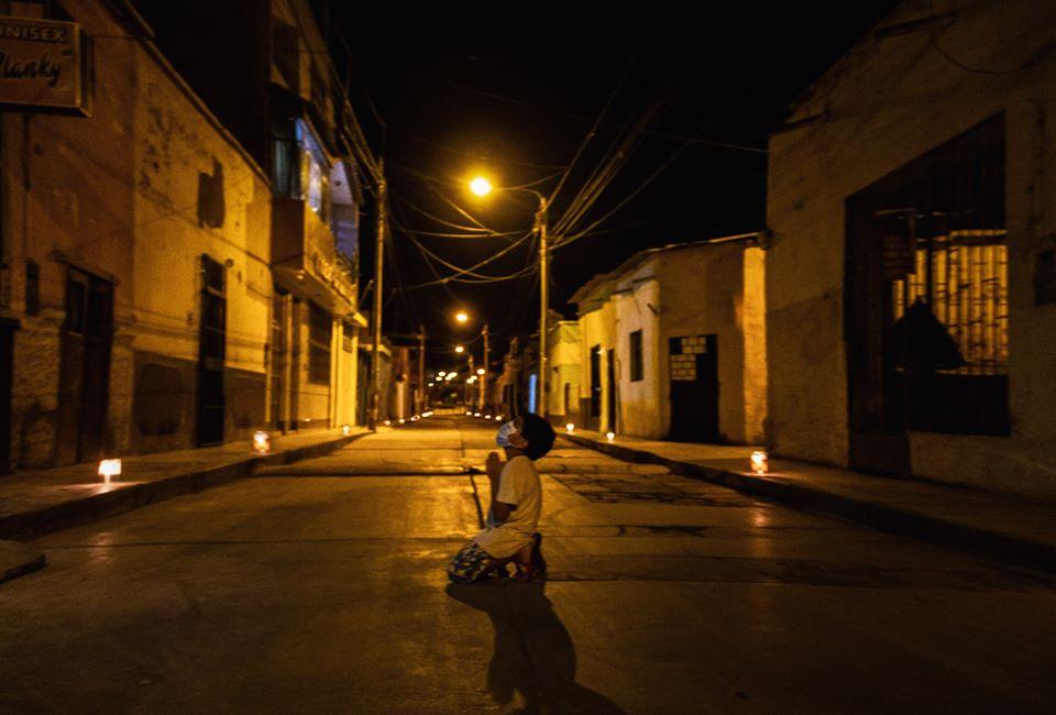 #Foto Niño reza en plena calle para pedir que termine la pandemia