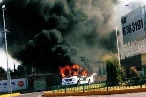Grupos criminales incendian vehículos y bloquean carreteras aledañas a Celaya