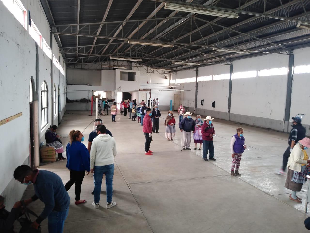 Con medidas preventivas, adultos mayores de Toluca reciben su pensión