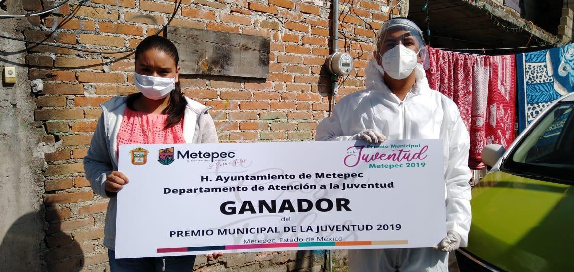 Ganadores del Certamen Municipal de la Juventud de Metepec reciben sus premios en la puerta de sus hogares
